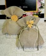 Γάζα ή λινάτσα με δίχτυ σε πουγκί με τριαντάφυλλο ή κρινάκι