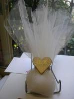 Εκρού τούλινη με καρδιά χρυσή και μονογράμματα