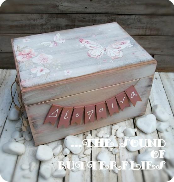 Κουτί ρούχων βάπτισης με πεταλούδες κατασκευή-ζωγραφική στο χέρι
