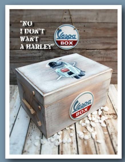 Ξεχωριστό κουτί βάπτισης από ξύλο με βέσπα σε ζωγραφιά στο χέρι όλο