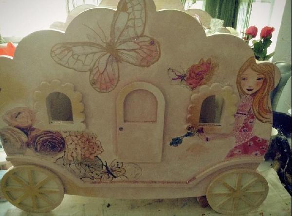 Κουτί χειροποίητο για βαπτιστικά με θέμα την άμαξα και το κοριτσάκι