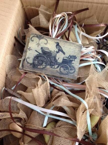 Βάπτισης κρεμαστή μπομπονιέρα καδράκι-ξύλινο με αντίκα αμάξι εποχής