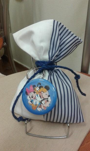 Μπομπονιέρα βάπτισης με κονκάρδα μπρελόκ σε πουγκί με ήρωες Disney