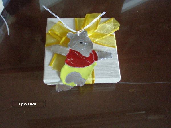 Μεταλλικός Γουίνι βάπτισης μπομπονιέρα πάνω σε κουτί σε προσιτή τιμή.