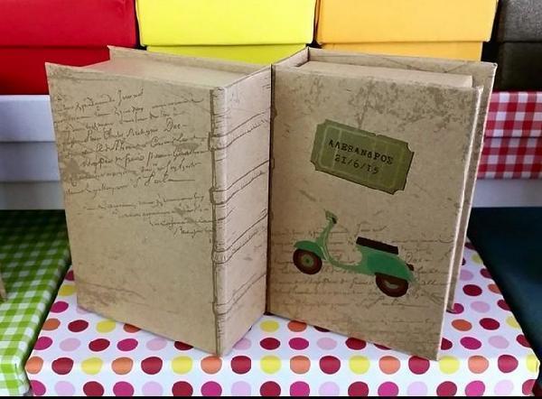 Μπομπονιέρα βάπτισης σε σχήμα κουτί βιβλίο με θέμα την βέσπα vintage