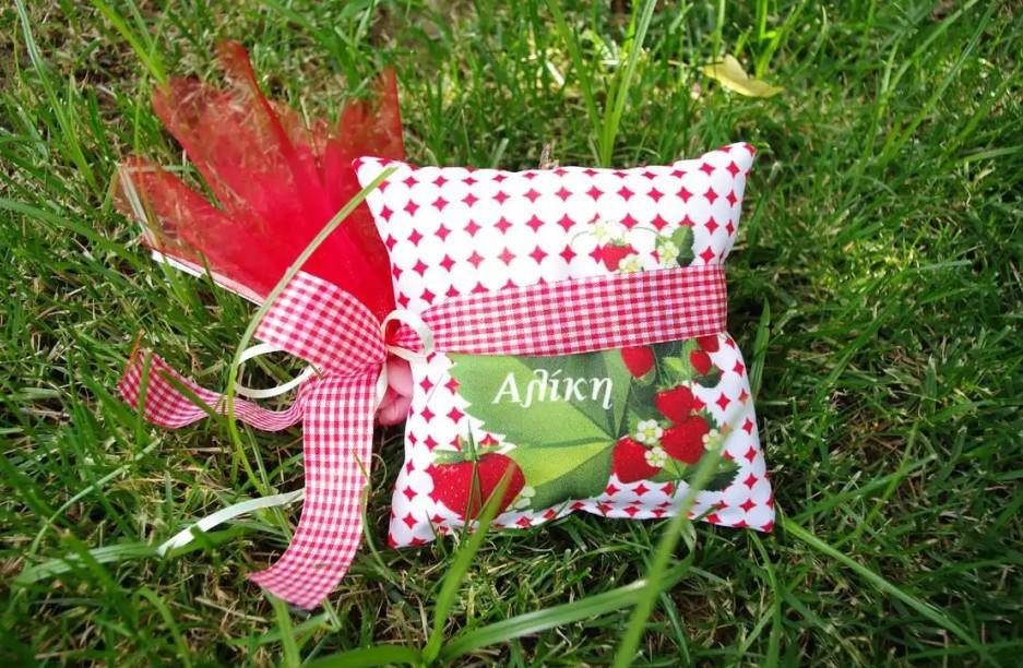 Μαξιλαράκι εκτυπωμένο με θέμα φράουλες μπομπονιέρα βάπτισης