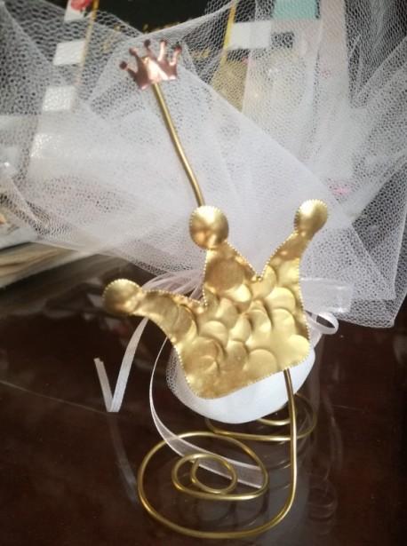 Βάπτισης μπομπονιέρα με θέμα μεταλλική κορόνα σε σταντ