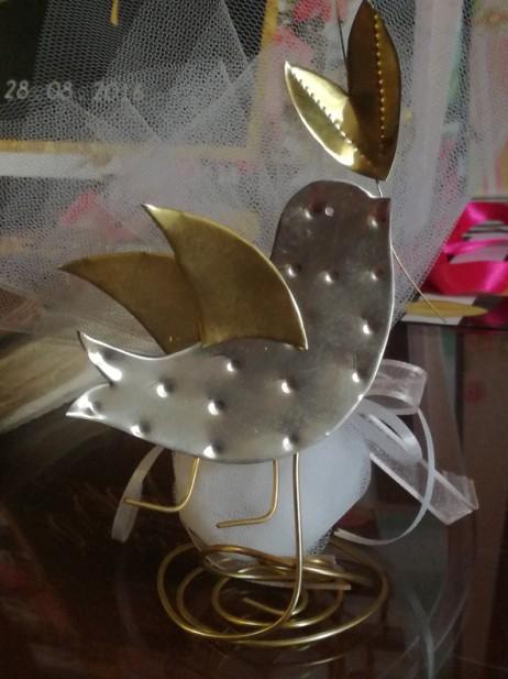 Σταντ μπομπονιέρα Βάπτισης μεταλλική με θέμα πουλάκι-περιστέρι ελιά