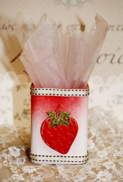 Μολυβοθήκη μπομπονιέρα βάπτισης πορσελάνινη με την φράουλα