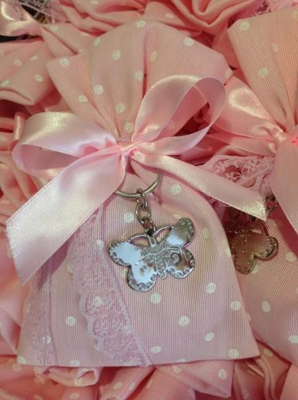 Μπομπονιέρα βάπτισης πουγκί ροζ-πουά με πεταλούδα  μεταλλική μπρελόκ