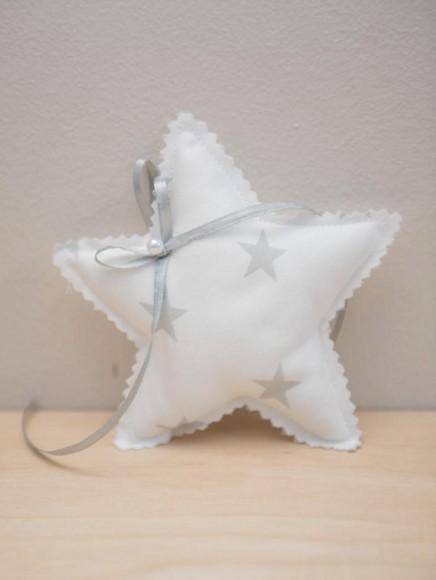Μπομπονιέρα βάπτισης πάνινη με θέμα το αστεράκι σε λευκό γκρι χρώμα