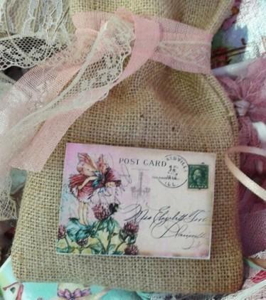 Μπομπονιέρα βάπτισης καδράκι-μαγνητάκι με ξωτικά-λουλούδια σε πουγκί