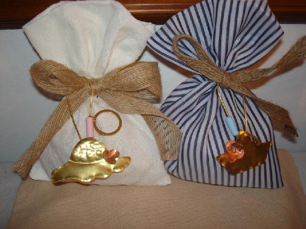 Μπομπονιέρα βάπτισης πουγκί ριγέ με μπρελόκ βαρκούλα και καπέλο