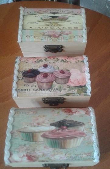 Μπομπονιέρα βάπτισης σε μπαουλάκι-σεντούκι με τα cup-cakes θέμα