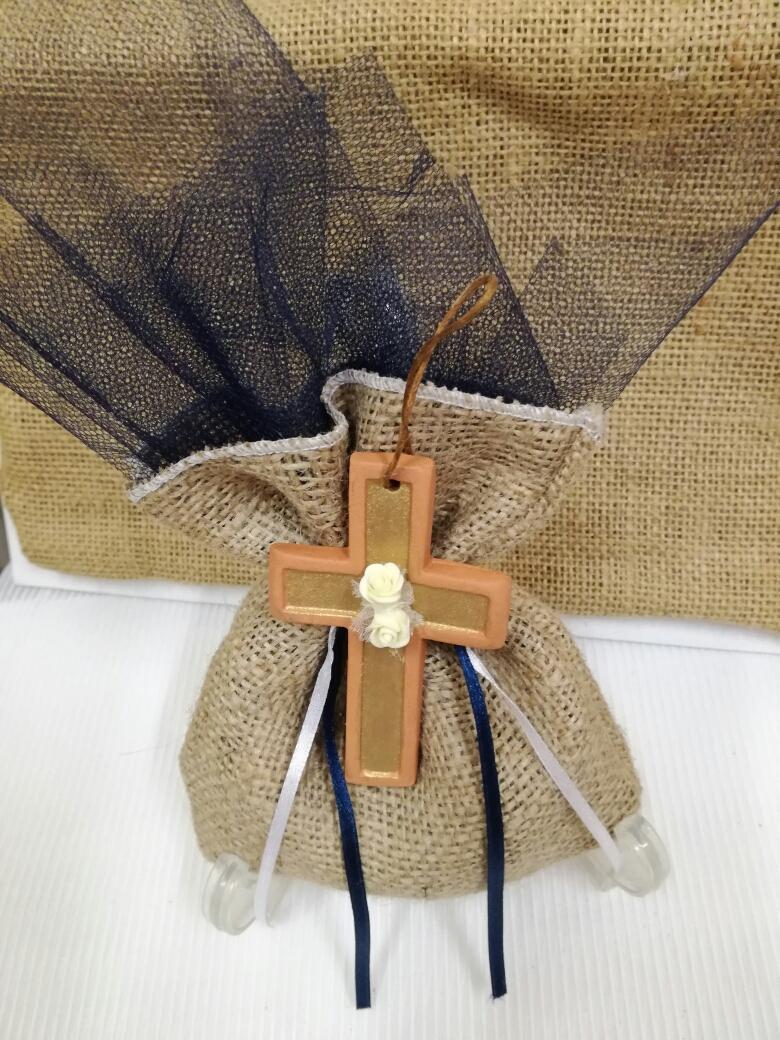 Βάπτισης μπομπονιέρα σε πουγκί λινάτσα με κεραμικό σταυρό χειροποίητο