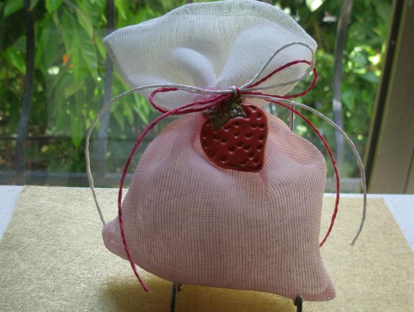 Βάπτισης μπομπονιέρα χειροποίητη φράουλα-μαγνήτης πάνω σε πουγκί