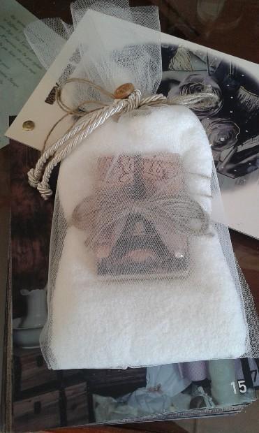 Μπομπονιέρα βάπτισης σαπουνάκι-πετσέτα με Πύργο του Άιφελ decoupage