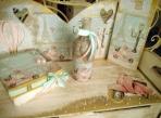 Κοριτσάκι με βέσπα παγκάκι για ρούχα βάπτισης