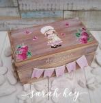 Η Sarah Kay με φραουλίτσες ευχών κουτί