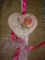 Decoupage νεράιδα-πριγκίπισσα σε καρδιά πορσελάνινη.