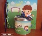 Μικρός ποδοσφαιριστής σε μεταλλικό κουτί
