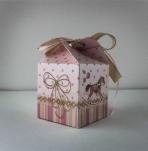 Κουτί κύβος-λουλούδι με θέμα καρουζέλ.