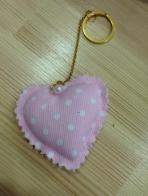 Η καρδιά μαξιλαράκι με ροζ μπρελόκ