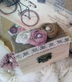 Λουλούδια πέρλα σε μπαουλάκι-σεντούκι σε ύφος vintage