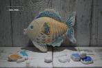 Ένα όμορφο μπλε ψαράκι σε πλακάκι κεραμικό