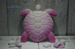 Mια χελώνα σε πλακάκι κεραμικό