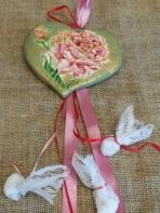 Φλοράλ τριαντάφυλλα σε καρδιά πήλινη