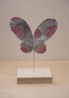Ξύλινο σταντ με μεταλλική πεταλούδα με σμάλτο.