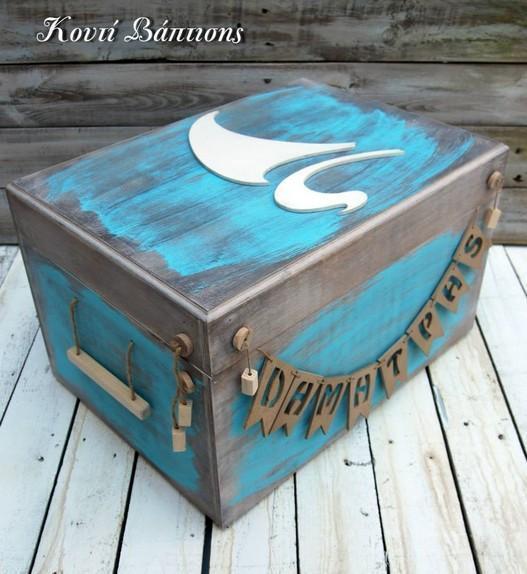 Στο χέρι από ξύλο κουτί βαπτιστικών με θέμα βαρκούλα και όνομα μωρού