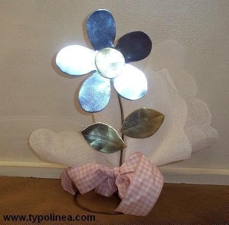 Μπομπονιέρα βάπτισης λουλούδι-μαργαρίτα μεταλλική σε σταντ στο χέρι