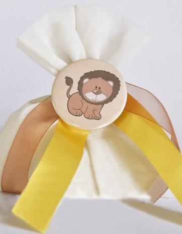 Βάπτισης μπομπονιέρα κονκάρδα-καρφίτσα λιοντάρι σε πουγκί γάζα λευκό