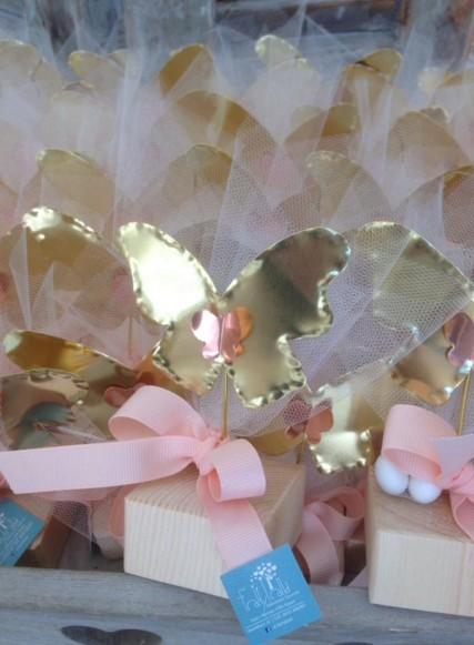 Μπομπονιέρα βάπτισης πεταλούδα ορείχαλκος-μέταλλο σταντ ξύλινο