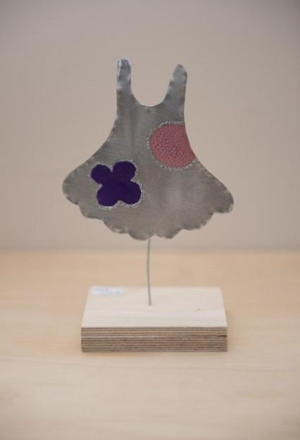 Φορεματάκι σταντ ξύλινη βάση σε μπομπονιέρα βάπτισης μεταλλική